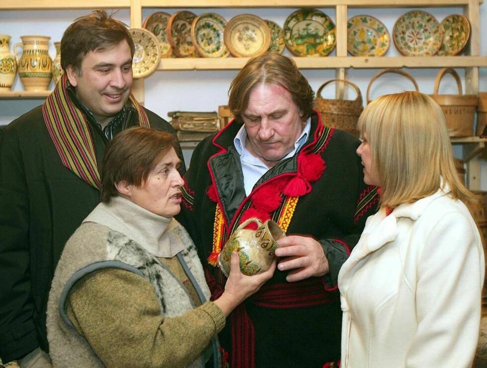 HYGGE: Den ukrainske befolkningen kunne stolt vise frem krukkene sine til en nysgjerrig Gerard. Foto: Stella Pictures