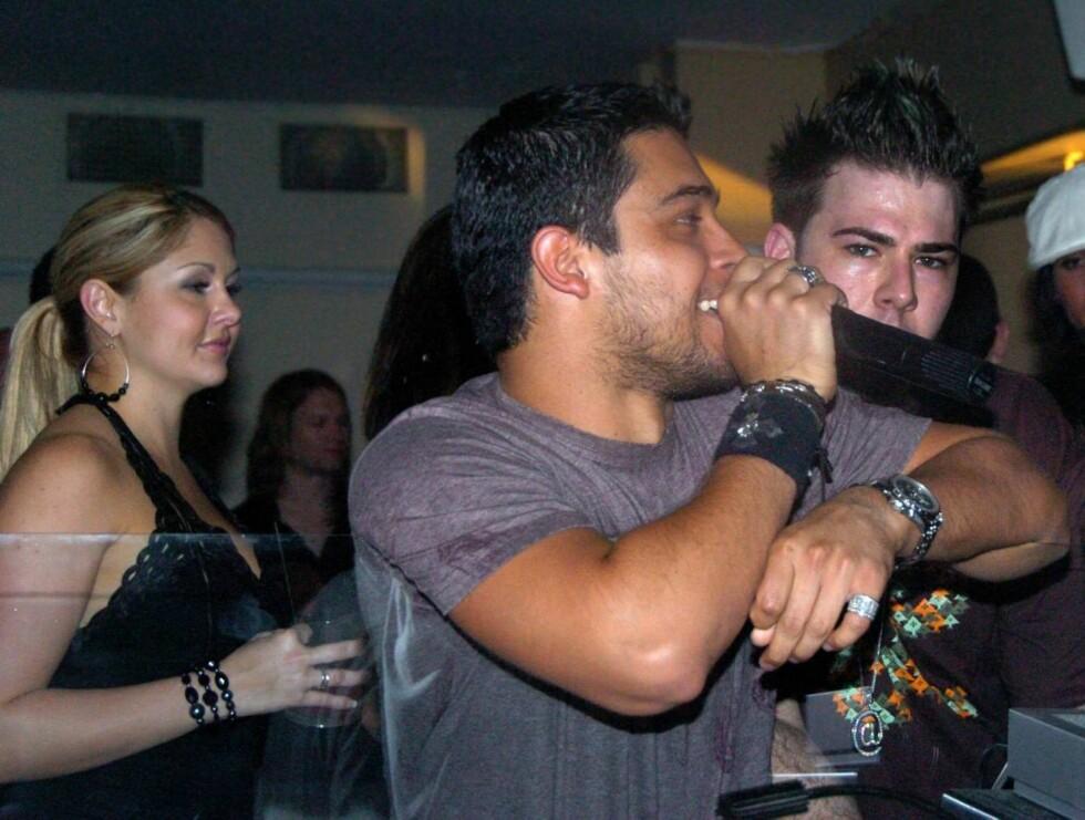 ØMME BLIKK: Fansen flokket seg rundt TV-stjernen Wilmer, men selv hadde han kun øyne for Lindsay Lohan... Foto: Stella Pictures