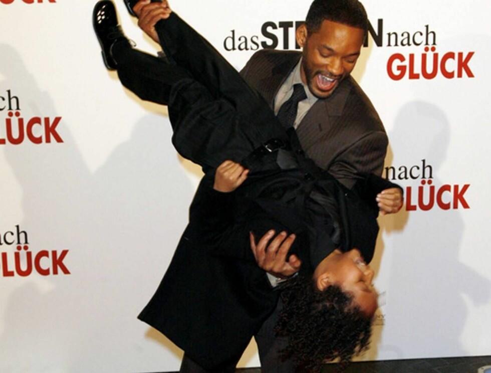 """FLYMASKIN: Will og Jaden gjøglet foran fotografene under premieren på """"The Pursuit of Happyness"""". Foto: Stella"""