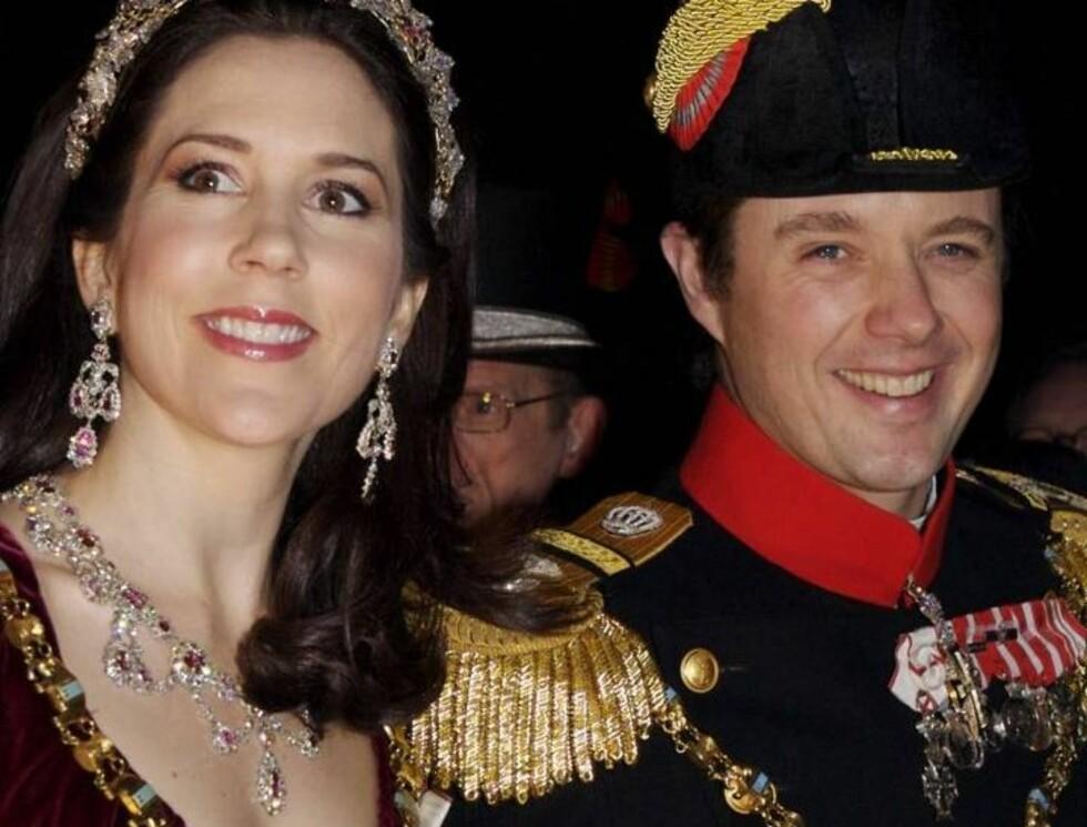 I FESTHUMØR: Kronprinsesse Mary og Kronprins Frederik var tydelig klare for fest.. Foto: All Over Press