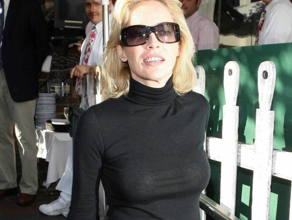 PUPP: - De stinker, sier Razzie-akadademiet om Sharon Stones bryster. Selv er skjønnheten svært stolt av fordelene sine. Foto: All Over Press