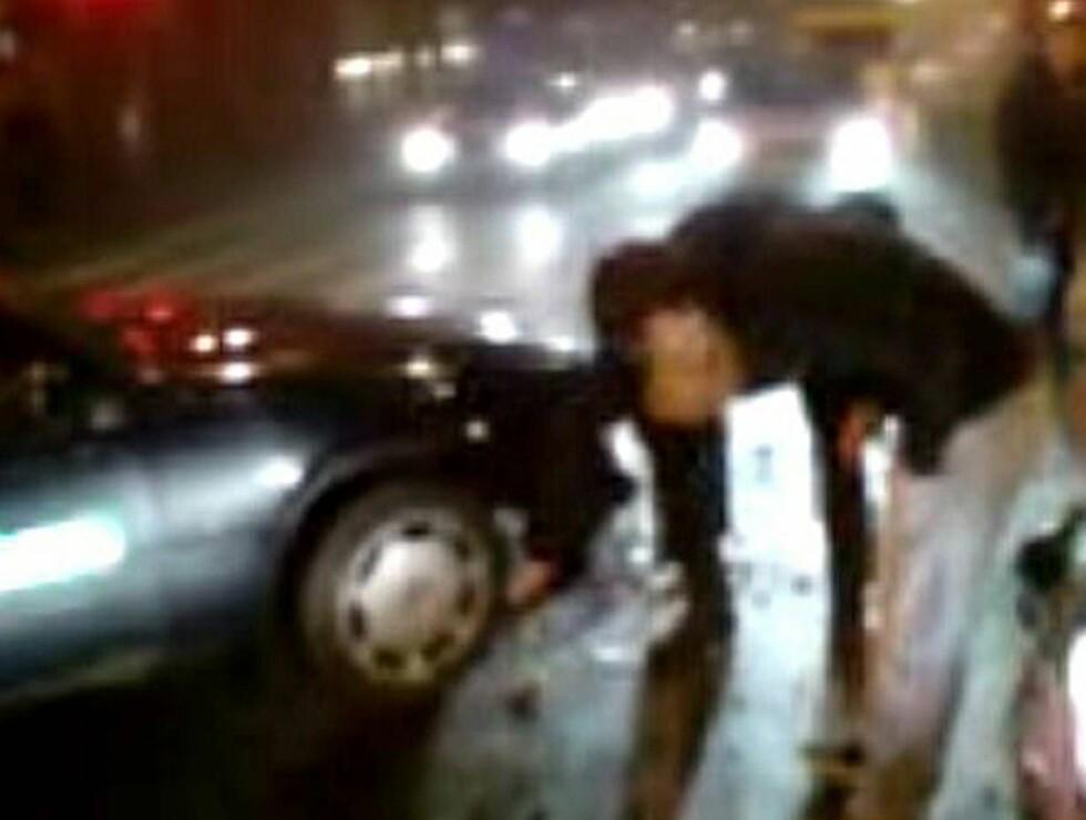 TITT: Aleksander sjekker skadene på drosjen som smalt inn i Vivians bil. Foto: MMS-tipser