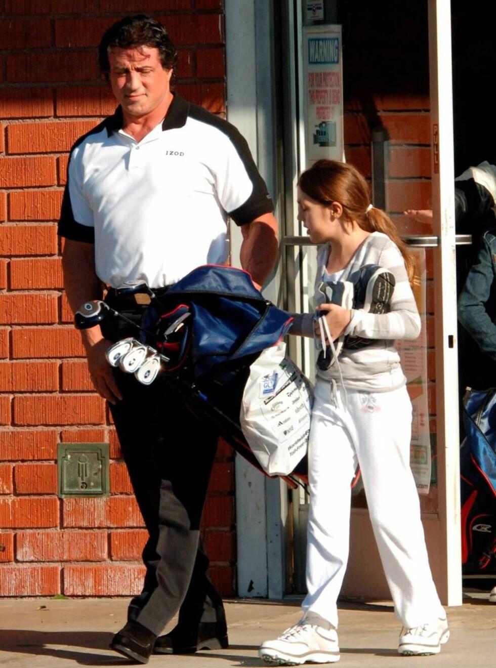 SPORTSPAPPA: Sly kjøper golfutstyr til døtrene, men ikke til seg selv. Foto: All Over Press