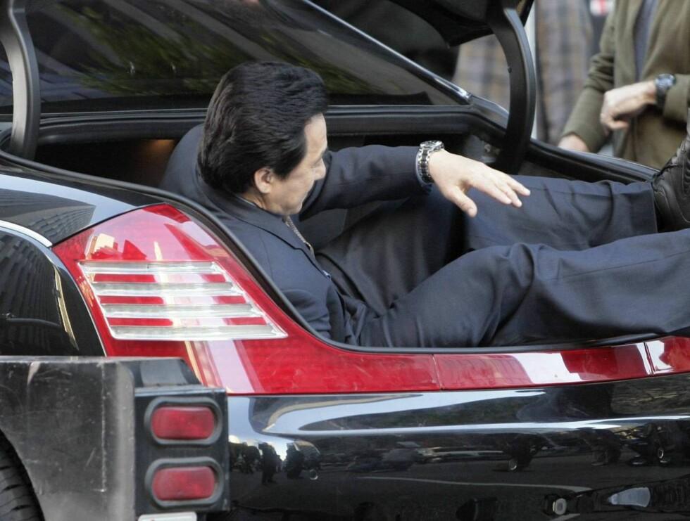 INN: Jackie inntar bagasjerommet. Det var ikke så fryktelig lett ... Foto: All Over Press