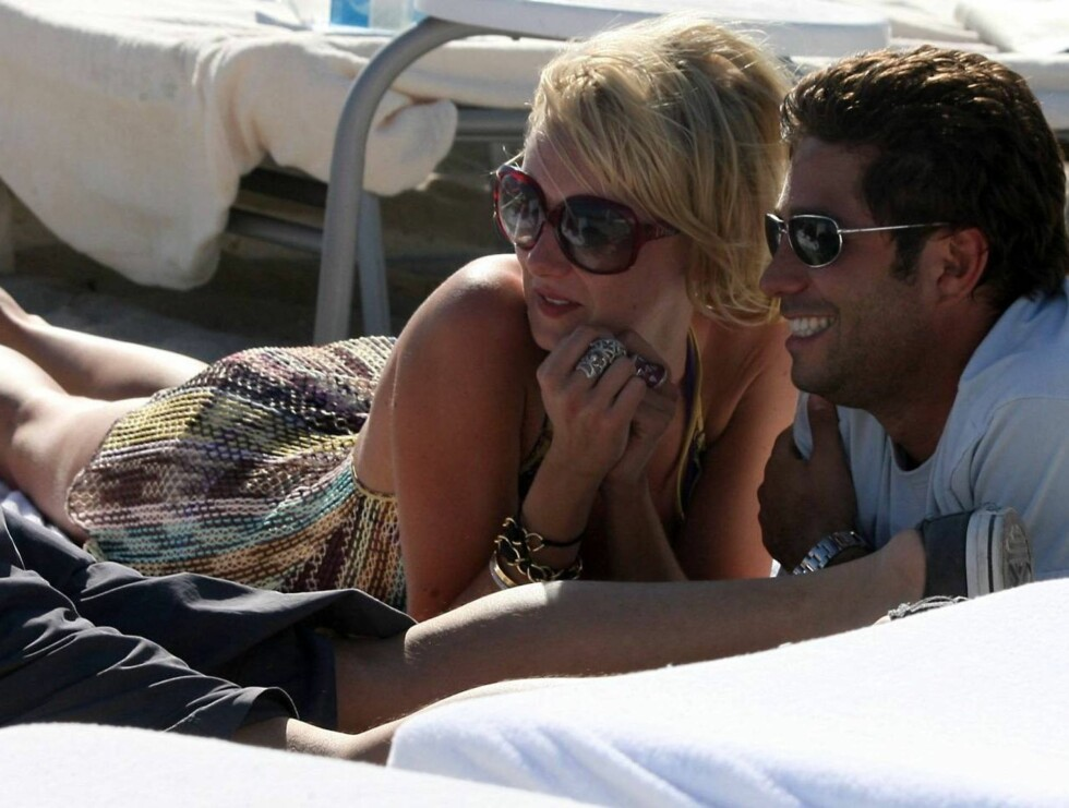 PAR I SANDEN: Kimberly Stewart flørtet med denne kjekke mannen i sanddynene i Miami. Foto: Stella Pictures