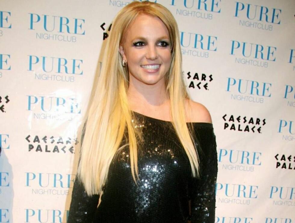 FALT SAMMEN: Britney var i fin form da hun ankom nattklubben Pure, men ikke like stø da hun ble støttet ut noen timer senere... Foto: Stella Pictures