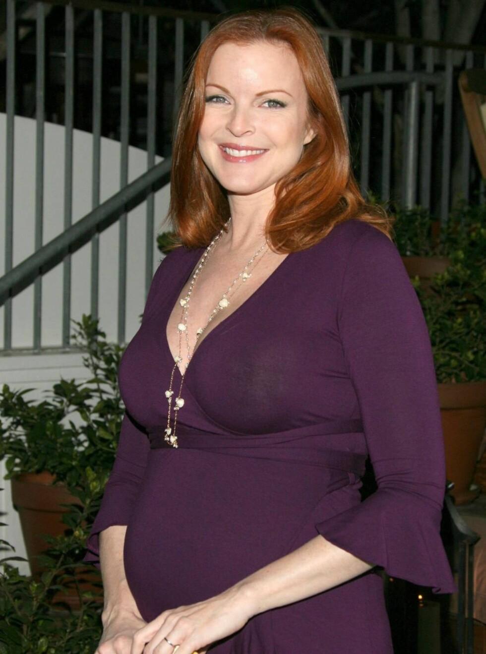 BARN I MAGEN: Marcia Cross venter tvillinger til våren. Det gjør det vanskelig å finne en passende kjole i Hollywood. Foto: All Over Press