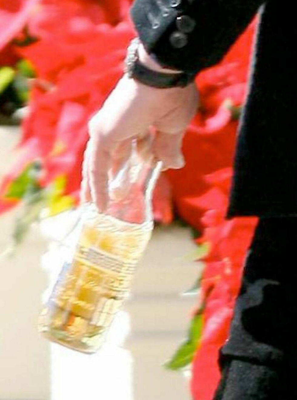 ONE FOR THE ROAD: Keanu nyter en kald øl i solskinnet. Foto: All Over Press