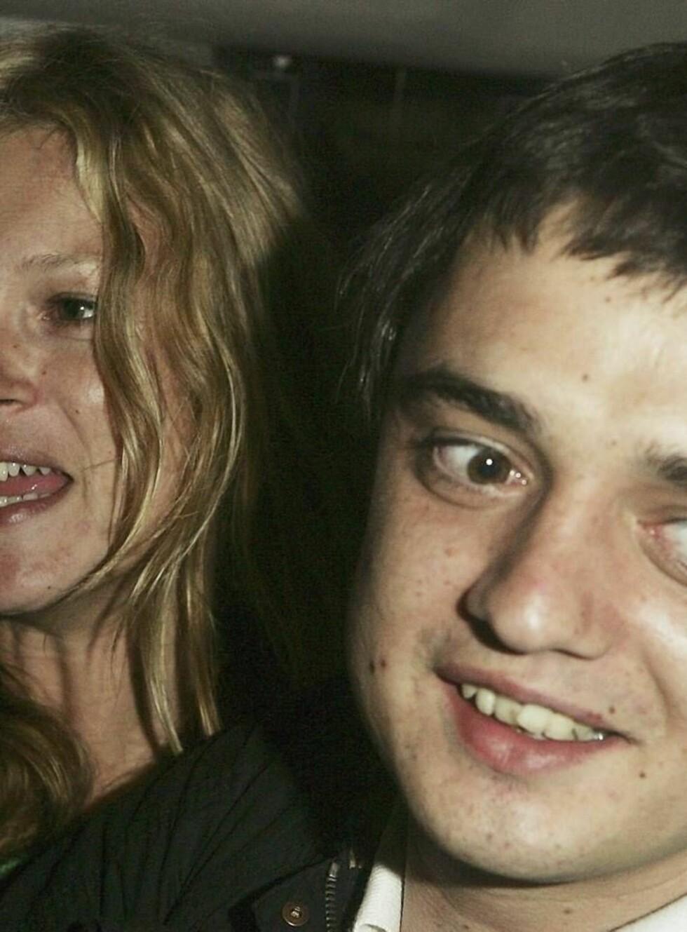 GIFTES: Supermodellen Kate Moss og Babyshambles-rockeren Pete Doherty skal ifølge flere kilder gifte seg fredag. Foto: All Over Press