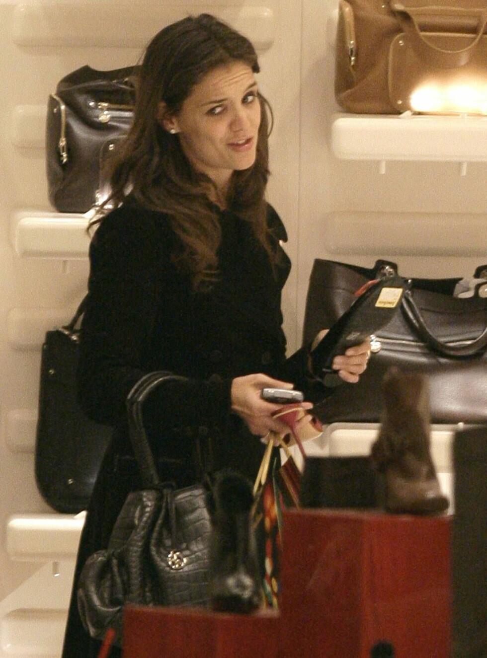 RAR I MASKA: Katie Holmes på handletur hos Marc Jacobs. Foto: STELLA PICTURES