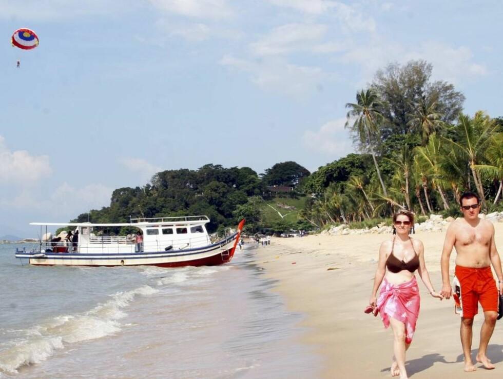 GOD PLASS: Batu Ferringhi har lange sandstrender. Her trenger du ikke stå opp tidlig for å finne en plass i solen.