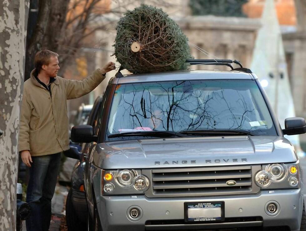 TJORET FAST: Skuespiller Jennifer Connelly sjekker fra bilen at ektemannen Paul Bettany har festet grana skikkelig. Foto: All Over Press