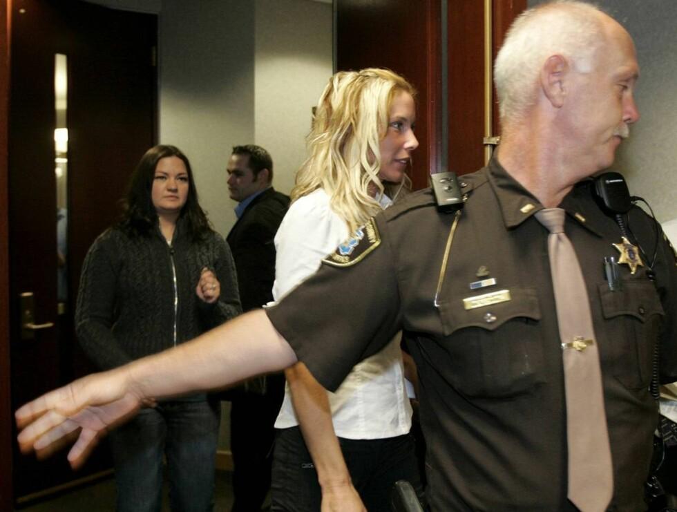 I RETTEN: Kimberly og Eminem har tatt ut skilsmisse for andre gang. Her er hun på vei ut av retten i Mount Clemens i Michigan tidligere i høst. Foto: AP