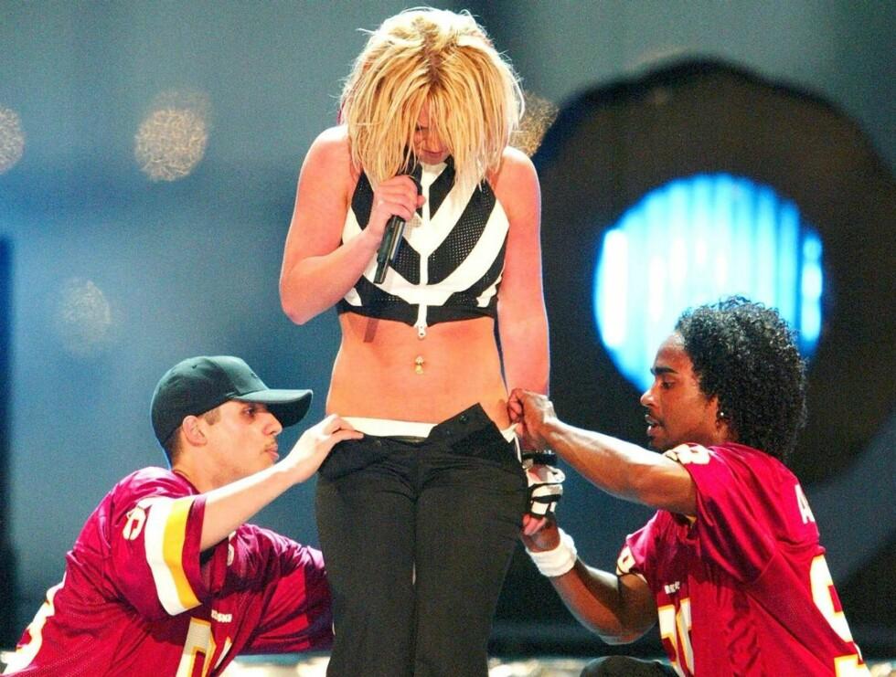 STRIPP: - Skal vi hjelpe deg litt med denne buksa, frøken Spears? Foto: All Over Press