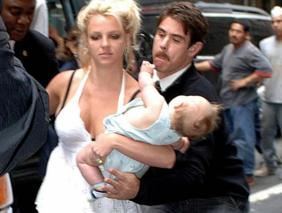 OOOPS, I NEARLY DID IT AGAIN: Britney Spears kan takke livvakten for at lille Sean Preston er like hel. Bildet gikk verden rundt. Foto: All Over Press