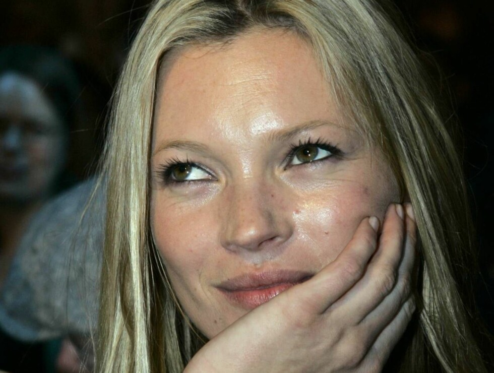 British model Kate Moss attends the Burberry Prorsum fashion collection for Autumn/Winter 2006/2007, unveiled in Milan, Italy, Thursday, Feb. 23 2006. (AP Photo/Antonio Calanni) Foto: AP/Scanpix