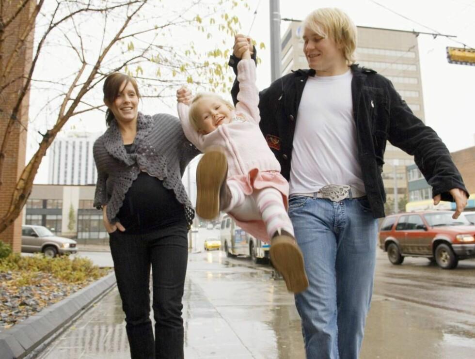 POWER PLAY: Hockey-kometen Patrick Thoresen med kona Monica og datteren Mathilde i deres hjemby Edmonton, Canada. Nå teller familien fire, etter at lille Fabien ble født nylig. Foto: All Over Press