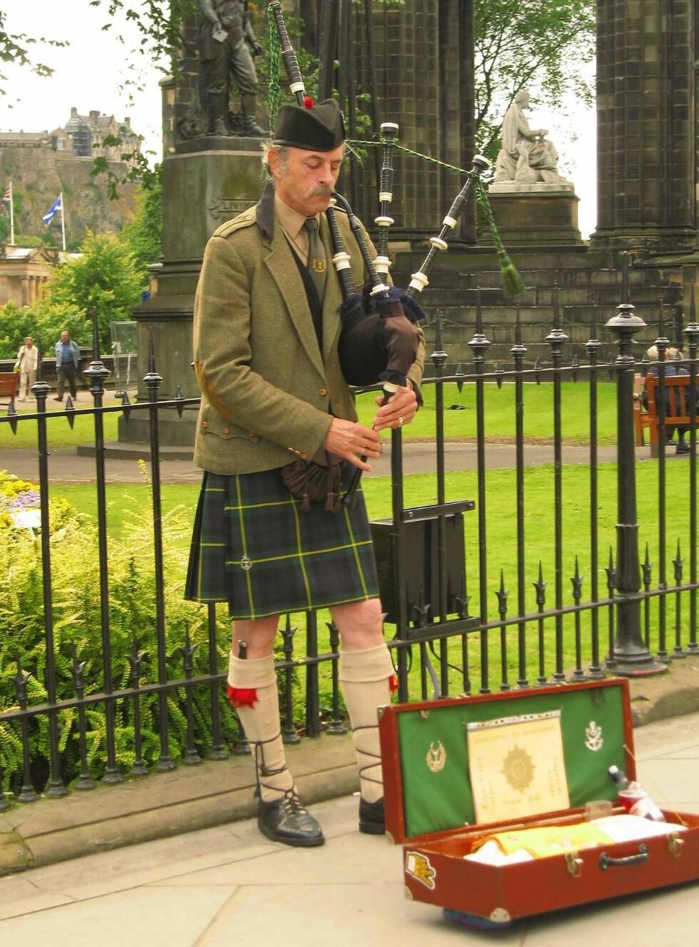 SOM EN KASSE KANINER: Det er slett ikke alle som vet å sette pris på sekkepipens fortreffelighet, men er du fan, kan du nå dra direkte til Edinburgh for å høre denne karen. Foto: Se og Hør