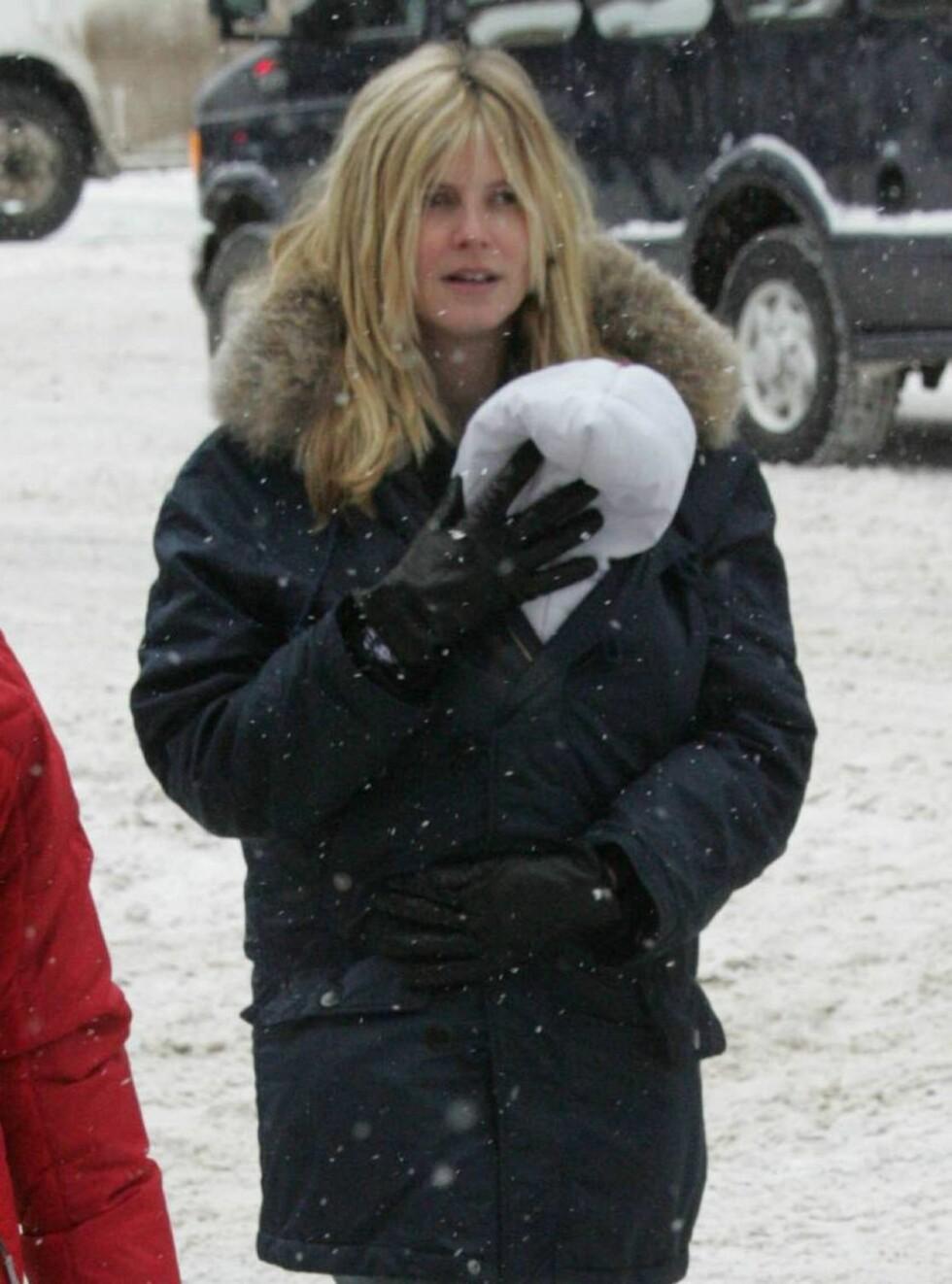 PAKKES INN: Fire uker gamle Johan blir godt beskyttet mot kulden av sin vakre mor. Foto: Stella Pictures