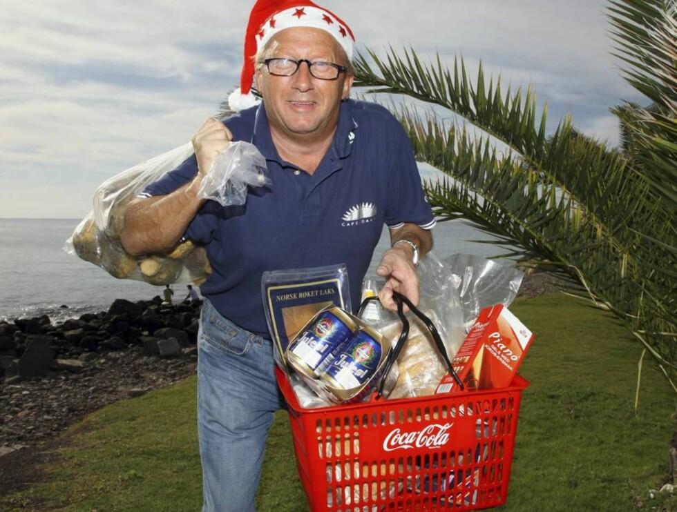 JUL FOR ALLE: - Her er det nok av julemat til alle som besøker Gran Canaria i julen, gliser Torbjørn Kristensen som eier Den Norske Butikken i Arguineguin.