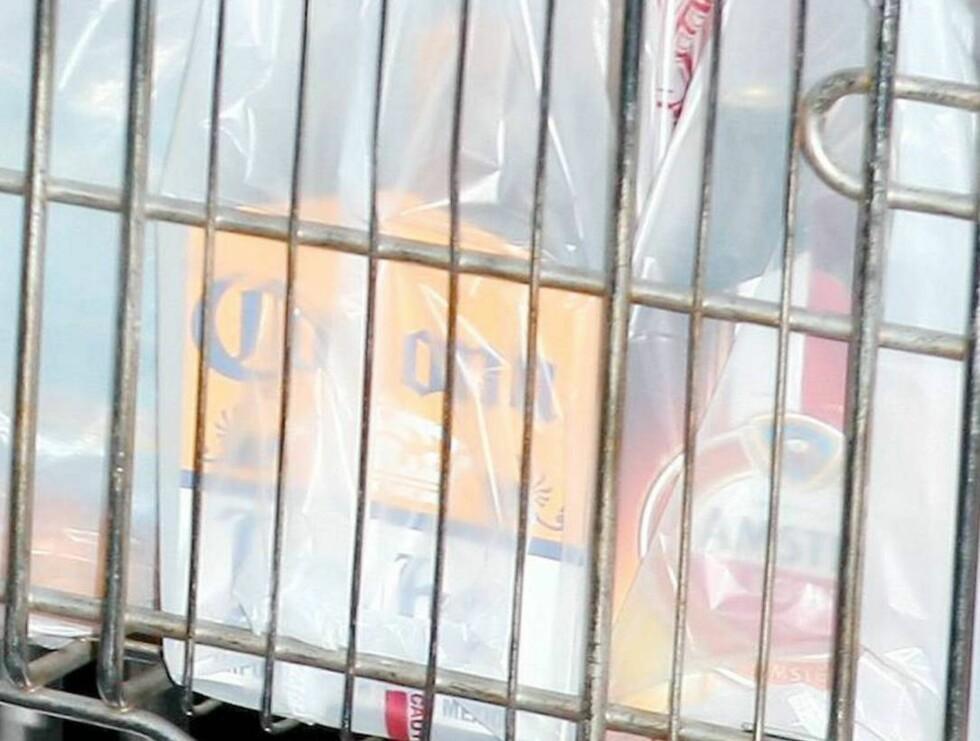 GODT UTVALG: Flere poser med blant annet Amstel øl og Corona fylte vognen.. Foto: All Over Press
