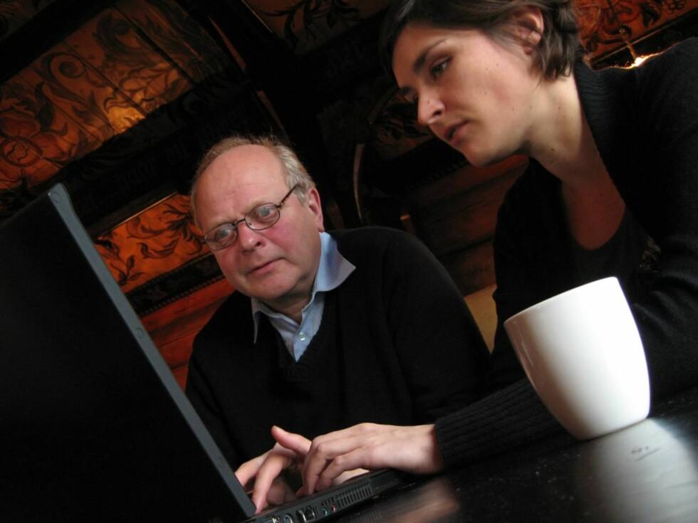 DATE: Tollef lærer seg nettdating av kjærlighetssjef Ingvild Sommer i Q500.no. Foto: Ingrid Marie Treborg
