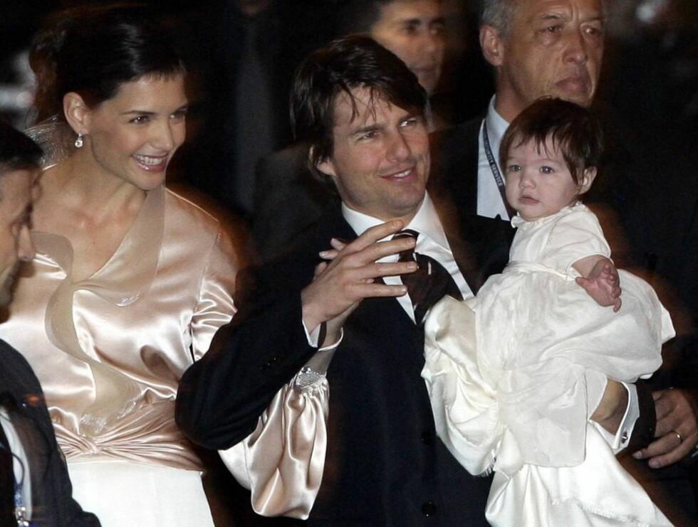 FAMILIE: Katie, Tom og deres Suri få timer før parets bryllups-seremoni i Roma i november. Foto: AP/Scanpix