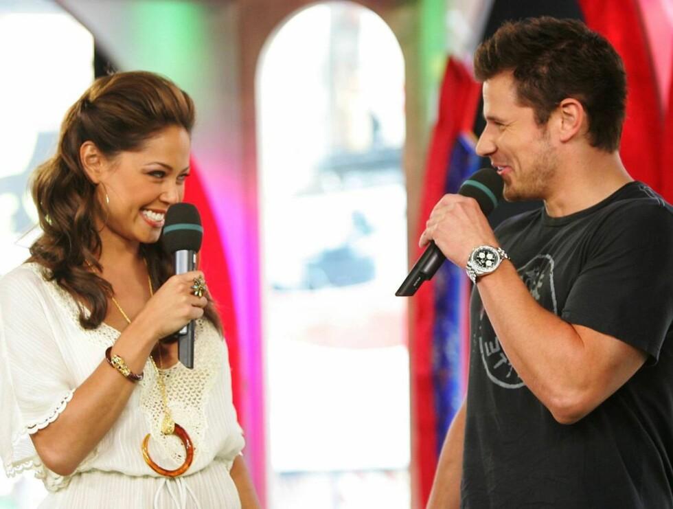 """FORELSKET: Nick Lachey er klar for å si """"I do"""" til vakre Vanessa. Her er han gjest på hennes MTV-program """"TRL"""". Foto: All Over Press"""