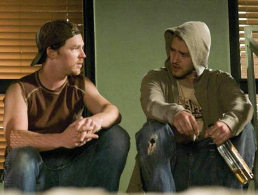 """GANGSTER: Justin Timberlake (t.h.) spiller en tøff skurk i filmen """"Alpha Dog"""". Foto: Stella Pictures"""