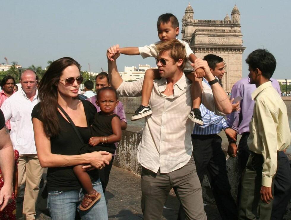 FAMILIE: Angelina, Zahara, Maddox og Brad på sightseeing i Mumbai. Deres seks måneder gamle Shiloh ble hjemme. Foto: AP/sAP/Scanpix