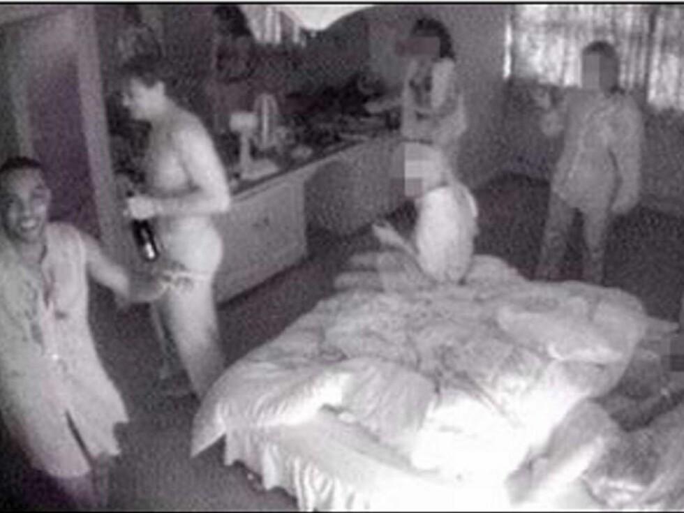 SEX-FILM: Dwight Yorke og Mark Bosnich angret i ettertid på at de filmet gruppesex-seansen med fire damer i samme seng... Foto: faksimile Sun