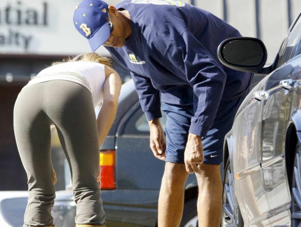 FIKK ENDELIG HJELP: Reggie Miller lot seg ikke be to ganger da den søte jenta ba om hjelp. Foto: All Over Press