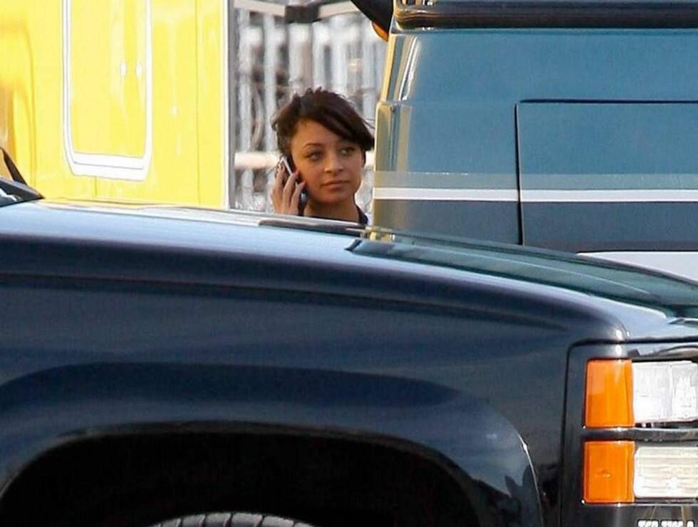 UT PÅ TUR: Nicole holdt seg på førersiden og lot kjæresten være passasjer under handleturen Foto: All Over Press
