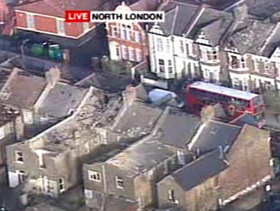 HERJET: Gaten i Nord-London er blåst i filler.  Foto: TV-BILDE SKY NEWS