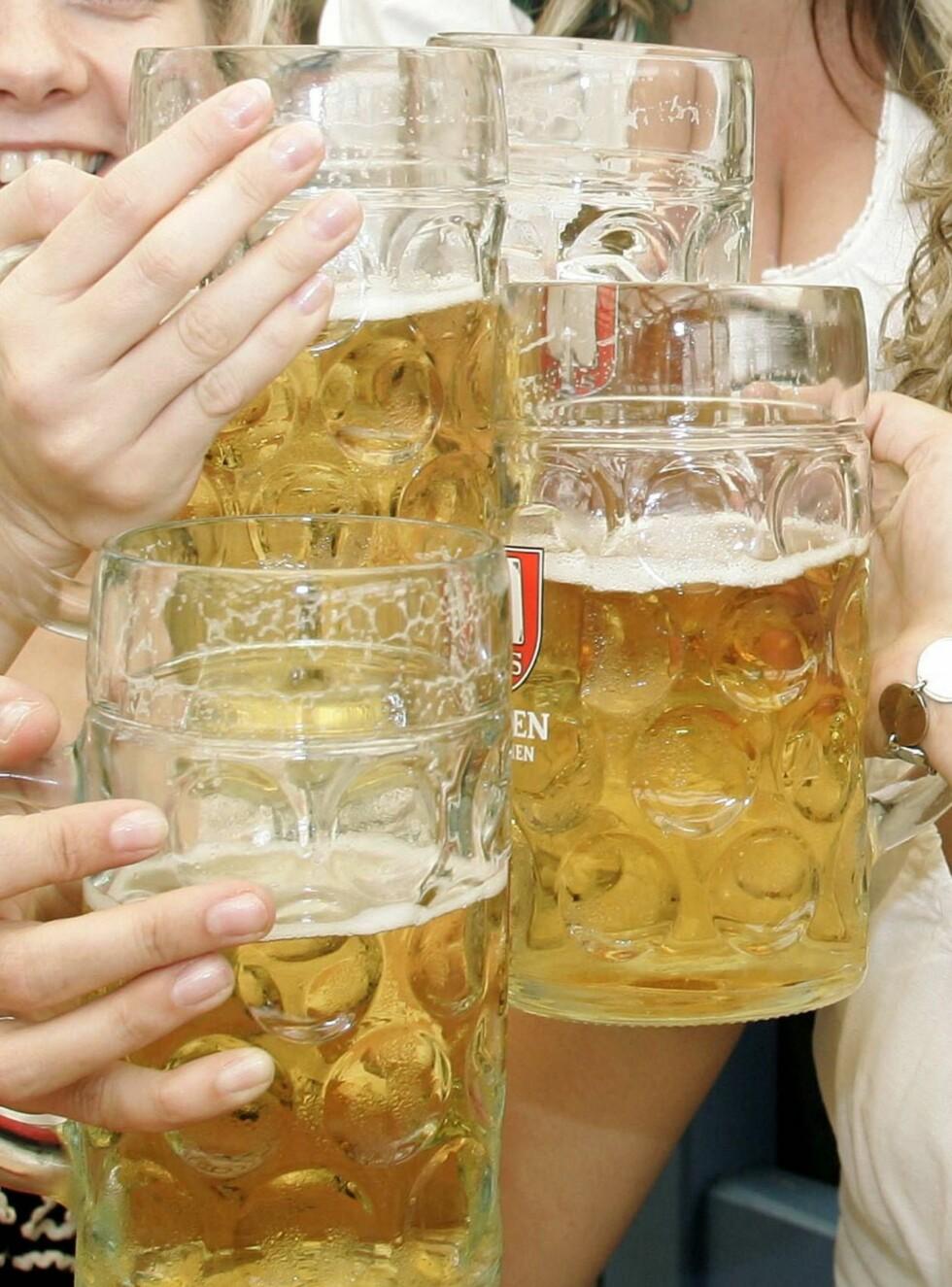 SKÅL: Nå kan også blinde drikke øl uten å lure på hva flasken inneholder. Foto: AP/Scanpix