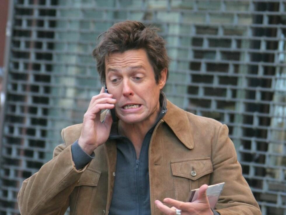 - ER DET PIZZABUDET?: Hugh Grant diskuterte frenetisk på telefonen. Foto: Stella Pictures