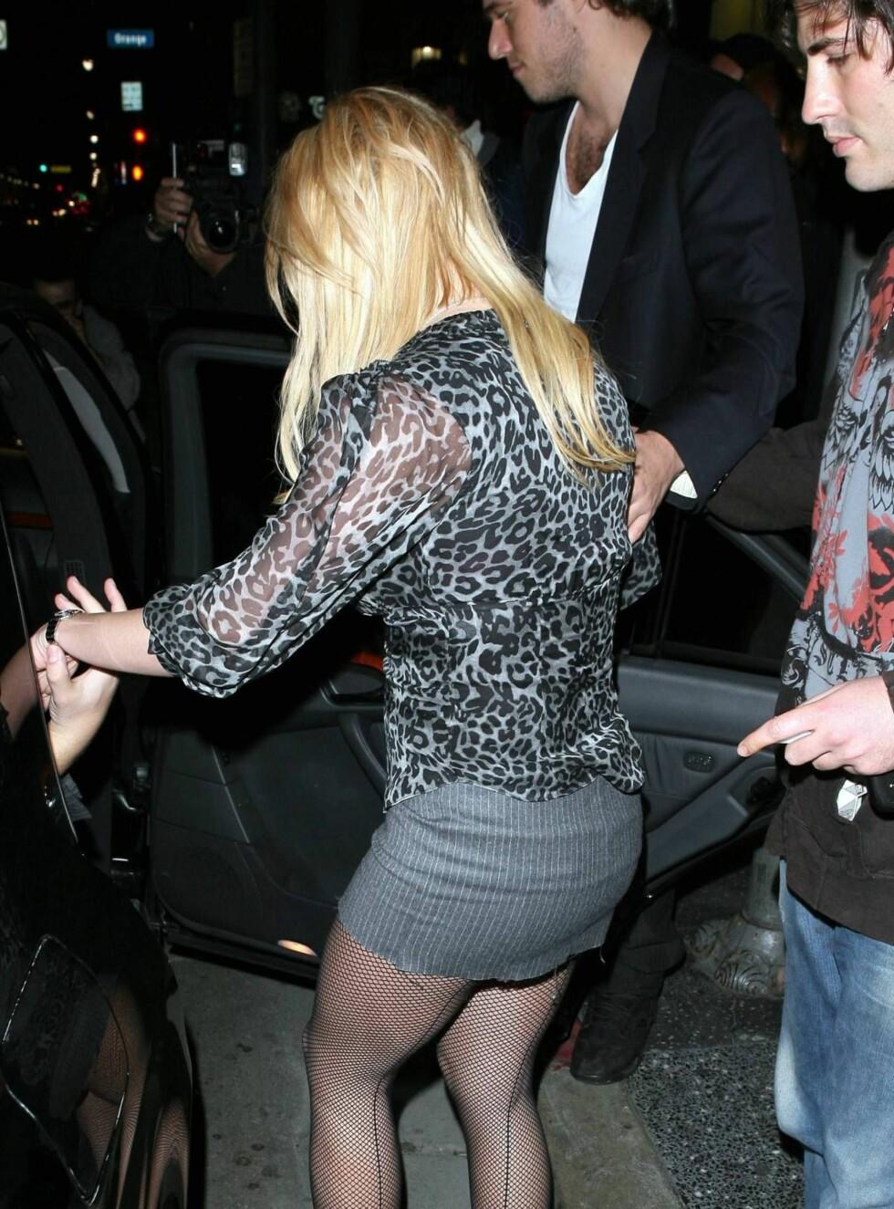 SAMMEN HJEM: Britney og Alex på vei inn i samme bil, etter å ha festen med sine bestevenner Paris hilton og Stavros Niarchos. Foto: All Over Press