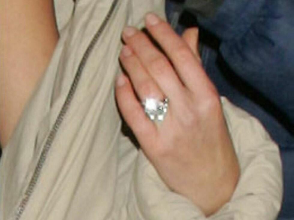 STRÅLER: Det glitret kraftig i Petras nye ring. Foto: Faksimile Sun