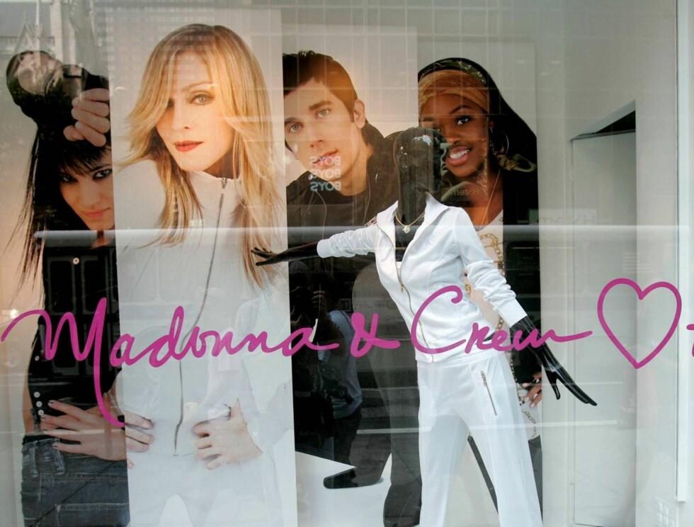DANS: Madonna og danserne hennes stilte villig som modeller for H&M tidligere i år. Nå blir ikonet designer for dem. Foto: All Over Press