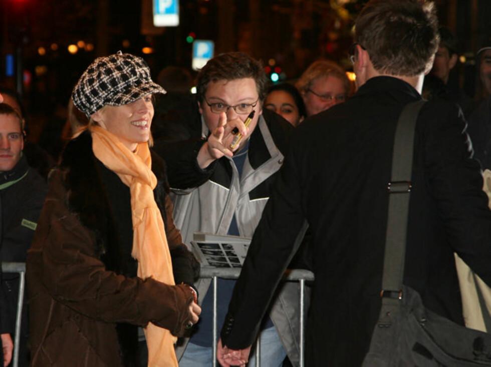 MØTTE TUFTE: Lars Olav fra Tufte var en av drøyt 50 Sharon Stone-fans som hadde møtt opp til stjernens ankomst på Grand Hotel. Foto: Tore Skaar, Se og Hør