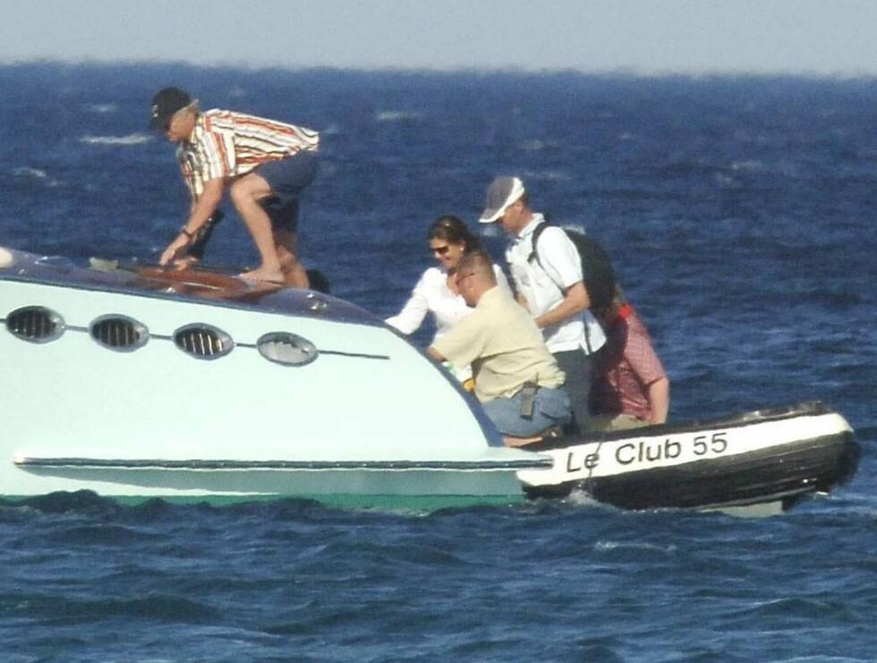 JOLLE: Carl Gustaf og Dronning Silvia på vei ombord i Polaris. Kongeparet hadde spist lunsj på fasjonable Club 55 i St. Tropez. Foto: Stella Pictures