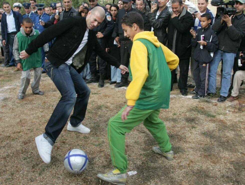 FINTET UT: Zidane viste de lokale barna sine gamle triks. Foto: Abaca