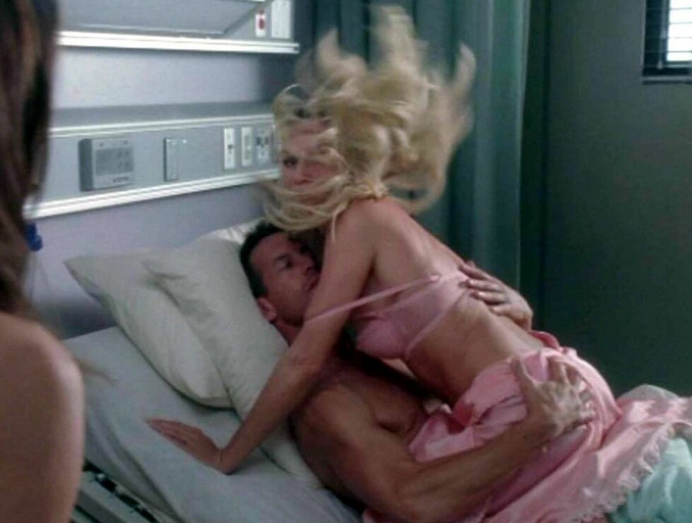 PÅ FERSKEN: Nicolette Sheridan og James Denton blir tatt på fersken i sykehussenga... Foto: Stella