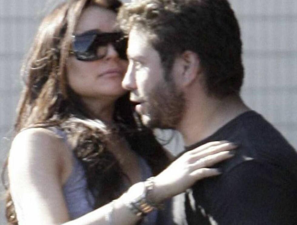 MANNE-MAGNET: Lindsay Lohan vet at hun kan få hvem hun vil. Nylig ble hun sett i intim omfavnelse med advokaten sin, Mike Heller. Foto: All Over Press