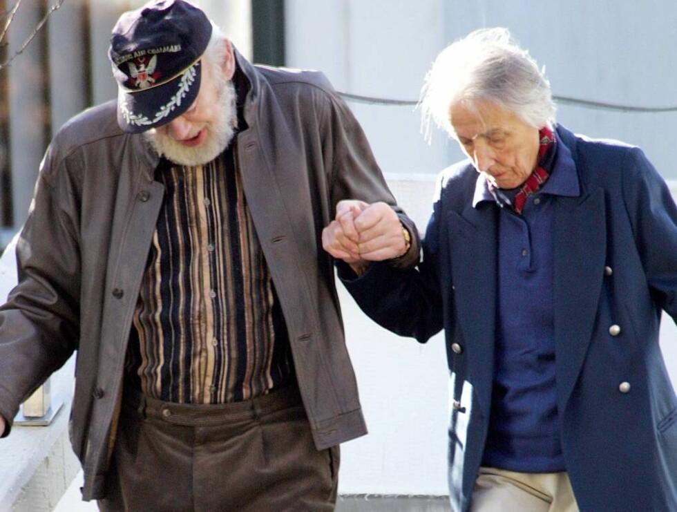 STØTTER SEG KONA: Kona Ursula gir sin ektemann en støttende hånd ned trappene.. Foto: Stella Pictures