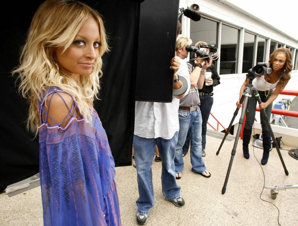 BAK KAMERA: Tyra (t.h.) har hatt suksess med sitt eget talkshow. Her fotograferer hun Nicole Richie, som sikkert kan fortelle henne litt av hvert om overdreven slanking... Foto: AP