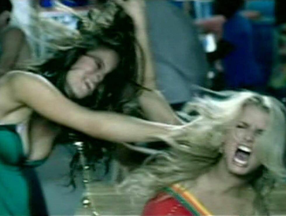 CATFIGHT: Eva Longoria og Jessica Simpson gir hverandre inn - i sistnevntes video. Tema der er jenter som slåss om samme mann - ikke ulikt virkeligheten. Foto: MTV