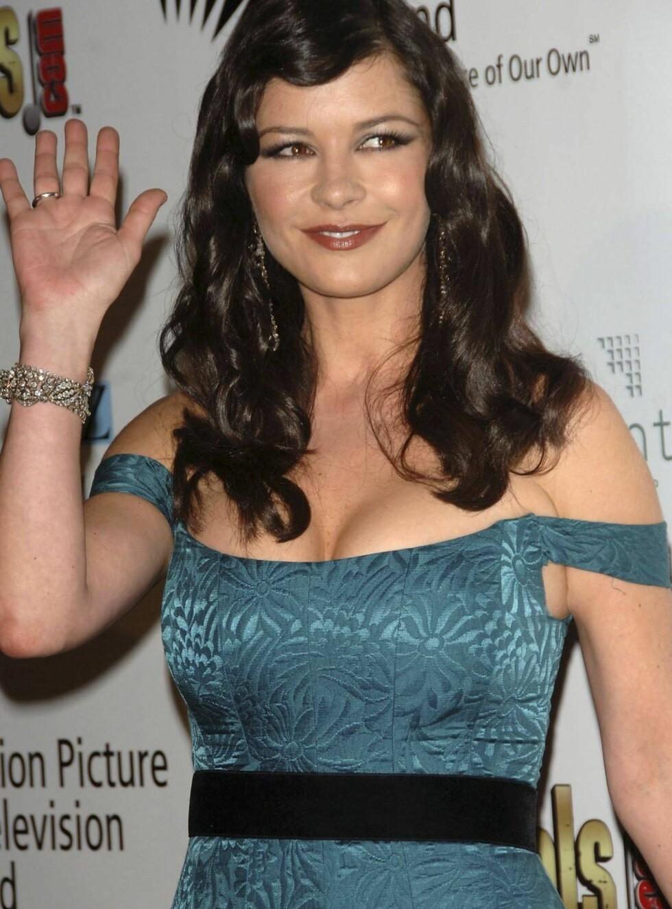 PØLSESKINN: Catherine Zeta-Jones' kjole strammer både rundt bysten og armene. Foto: All Over Press
