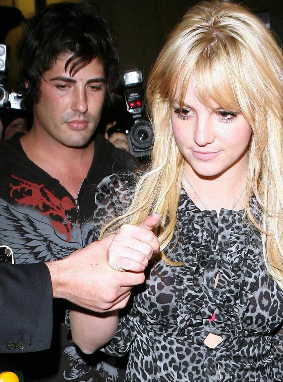 TETT: Britney og Brandon gjorde suksess blant de oppmøtte i går kveld. Men det spørs om de gjør suksess hos Paris ... Foto: All Over Press