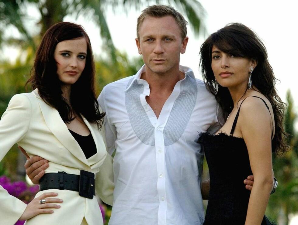 BONDS PIKER: Daniel Craig med de to sentrale Bond-pikene Eva Green og Caterina Murino. Foto: Stella Pictures